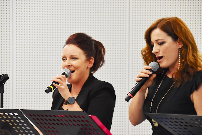 ジュヌヴィエーヴ・レクラーク 、ローラ・ミシェル・ケリー(左から)