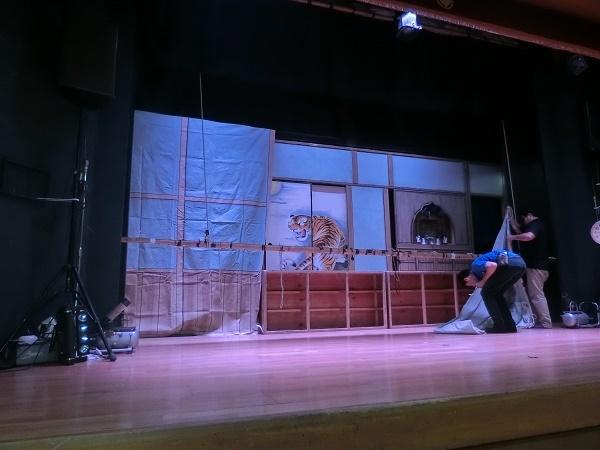 夜には翌日の芝居の準備が進められている。