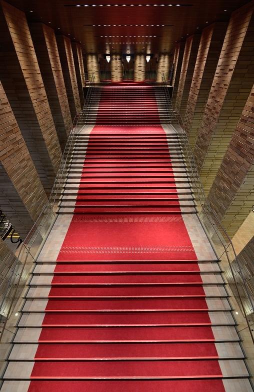 幅7.2m、51段の大階段は、フェスティバルホールの象徴