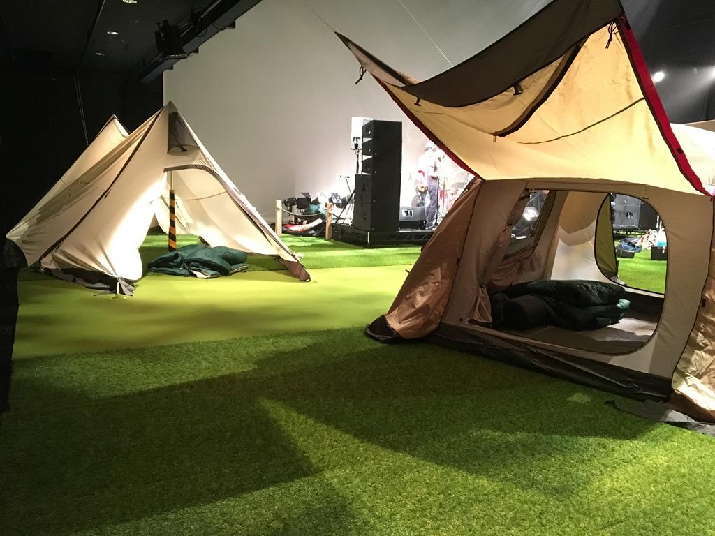 会場内にはテントが! 劇場提供写真
