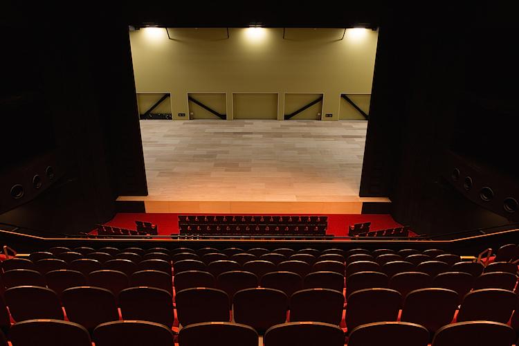2階席から見た舞台の様子  撮影:堀 勝志古