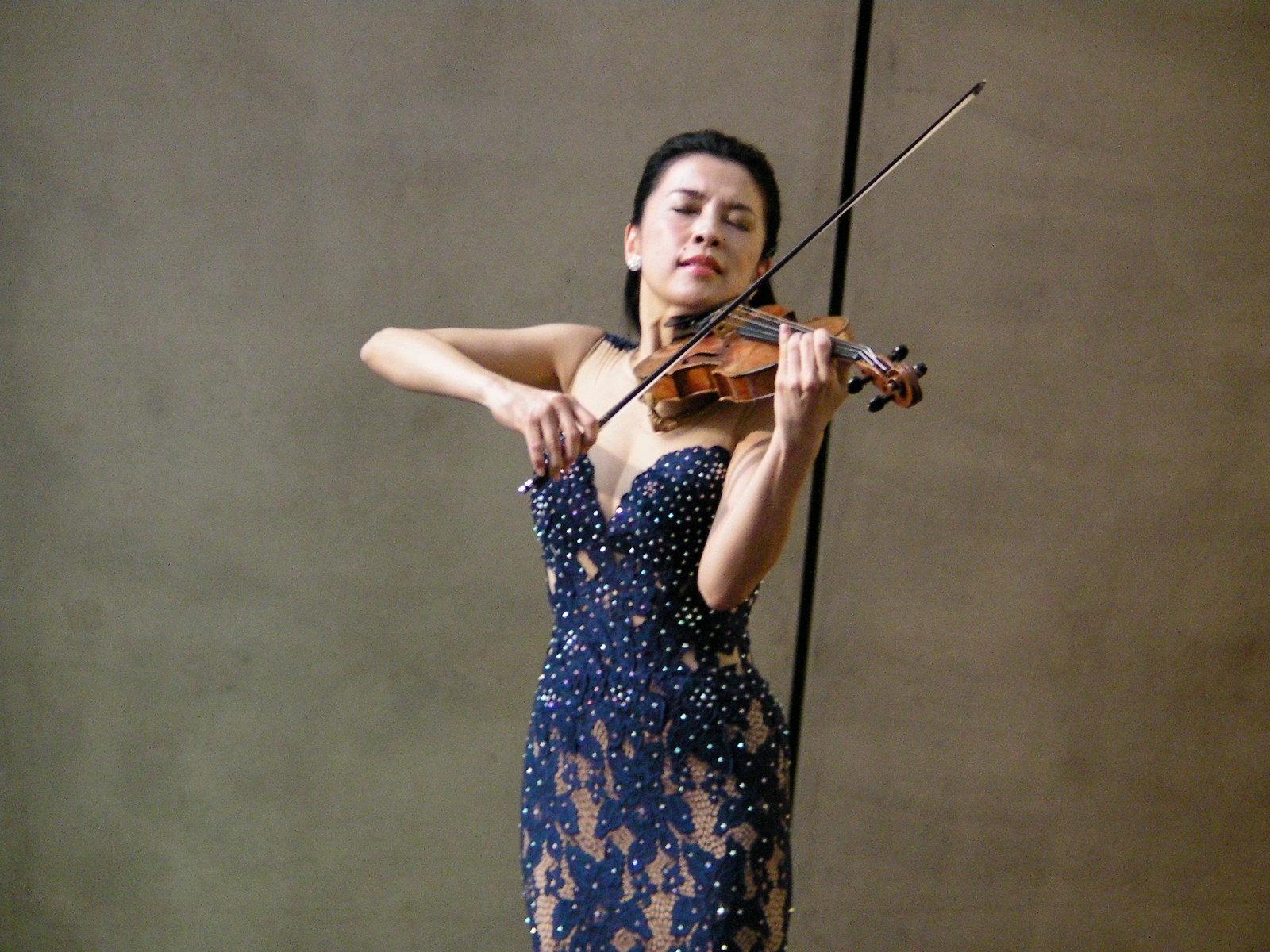 内覧会の同日に行われた開会式で、テーマ曲を演奏するヴァイオリニストの川井郁子。 美しくも儚い旋律のテーマ曲は音声ガイドでも聴くことができる。