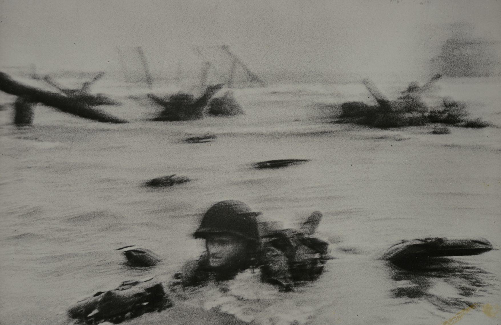 ロバート・キャパ(ハンガリー、アメリカ、1913-1954) 《連合軍による北フランス攻撃開始日(Dディ)、フランス、オマハ・ビーチ、1944年6月6日》1944年 (C)Robert Capa/ICP/Magnum Photos