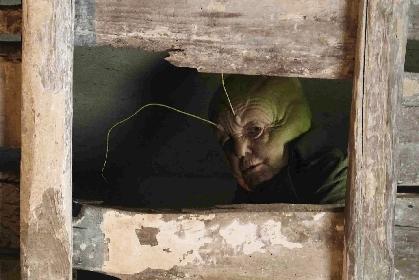 悪いピノッキオ VS 説教コオロギ、ハンマー投げつけシーンを公開 映画『ほんとうのピノッキオ』本編映像
