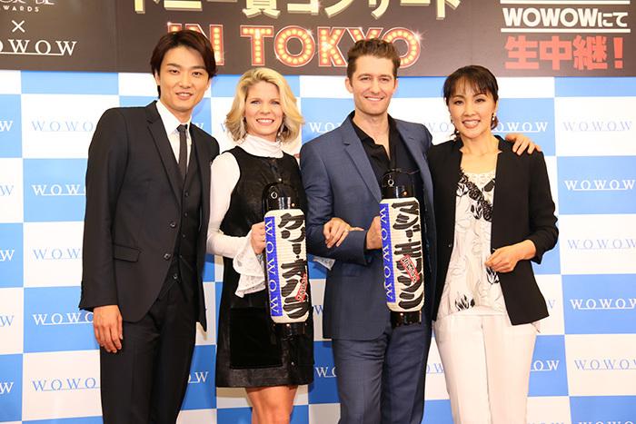 濱田さんが提灯の文字を指さし「マシュー・モリソン」という日本語を教えていました