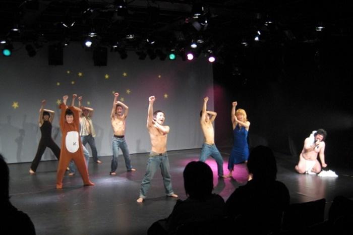 すみだが加入した直後の舞台『肉乃聖舟~Go to Niku~ノアのハコブネ~ぶっちぎるぜ』『蜂蜜♥肉肉~スウィートハートメモリー~』(2008年)。当時すみだ(右から二番目)は女装での登場がお約束だった。 [撮影]吉永美和子