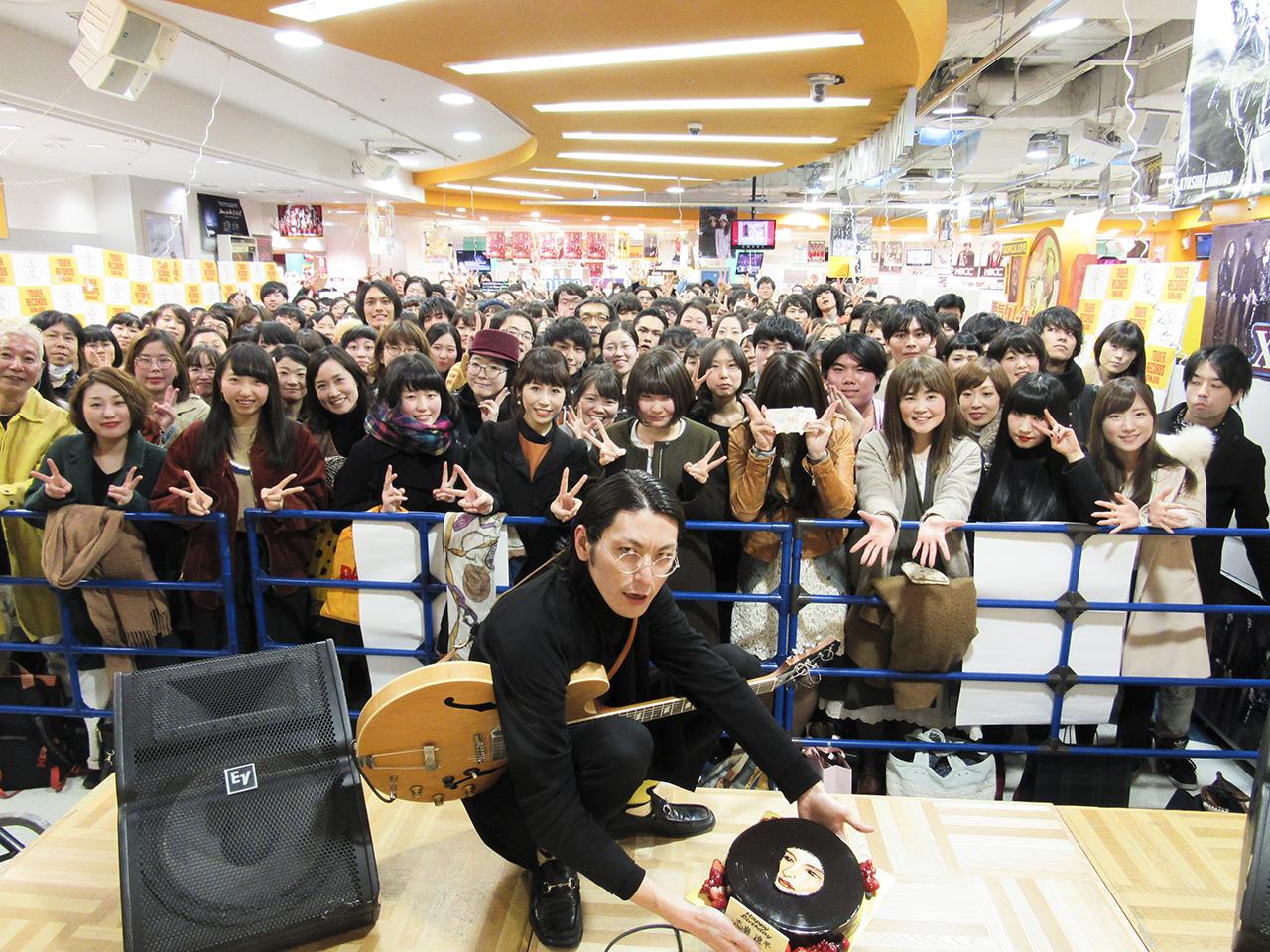 ドレスコーズ 志磨遼平/タワーレコード新宿インストアイベントにて。誕生日祝いの「平凡レコードケーキ」とともに