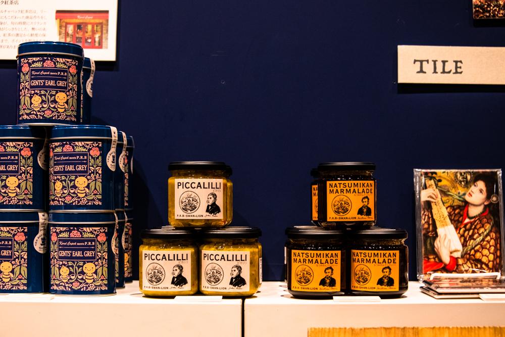 ミュージアムショップには、モリスやラスキンのイラストがあしらわれたコラボ商品も。