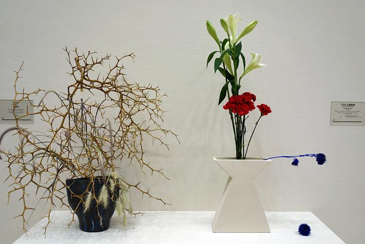 〈革命家でありながら、花を愛することは可能か〉より 左:『ヘヴン』川上未映子 右:『フランス革命史』ジュール・ミシュレ