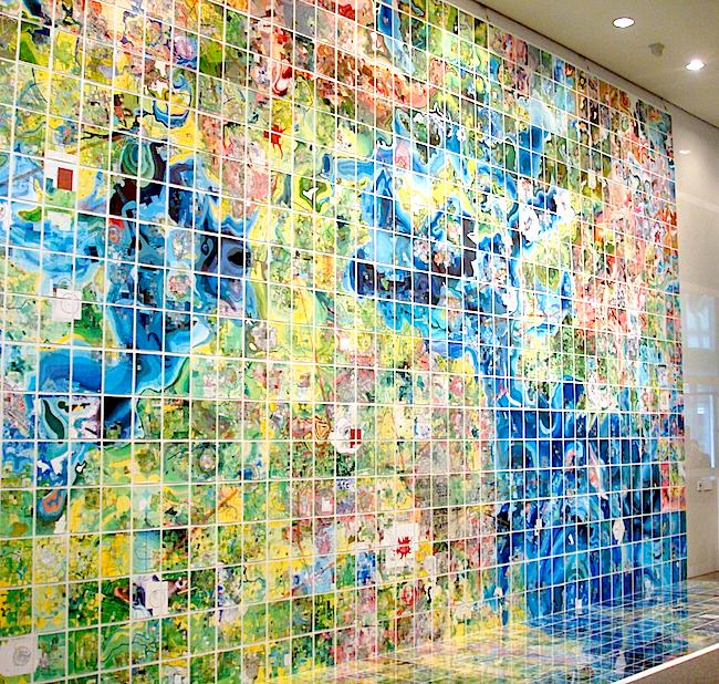 ジェリー・グレッツィンガー《Jerry's Map》2016  「愛知県美術館」を訪れると、まず目に飛び込んでくるのがこの作品。ポスターやチラシ、公式ガイドブックの表紙などに今回のメインビジュアルとして起用されている