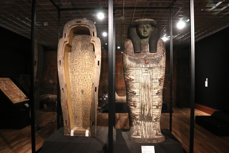 「タイレトカプという名の女性の人型棺・外棺」