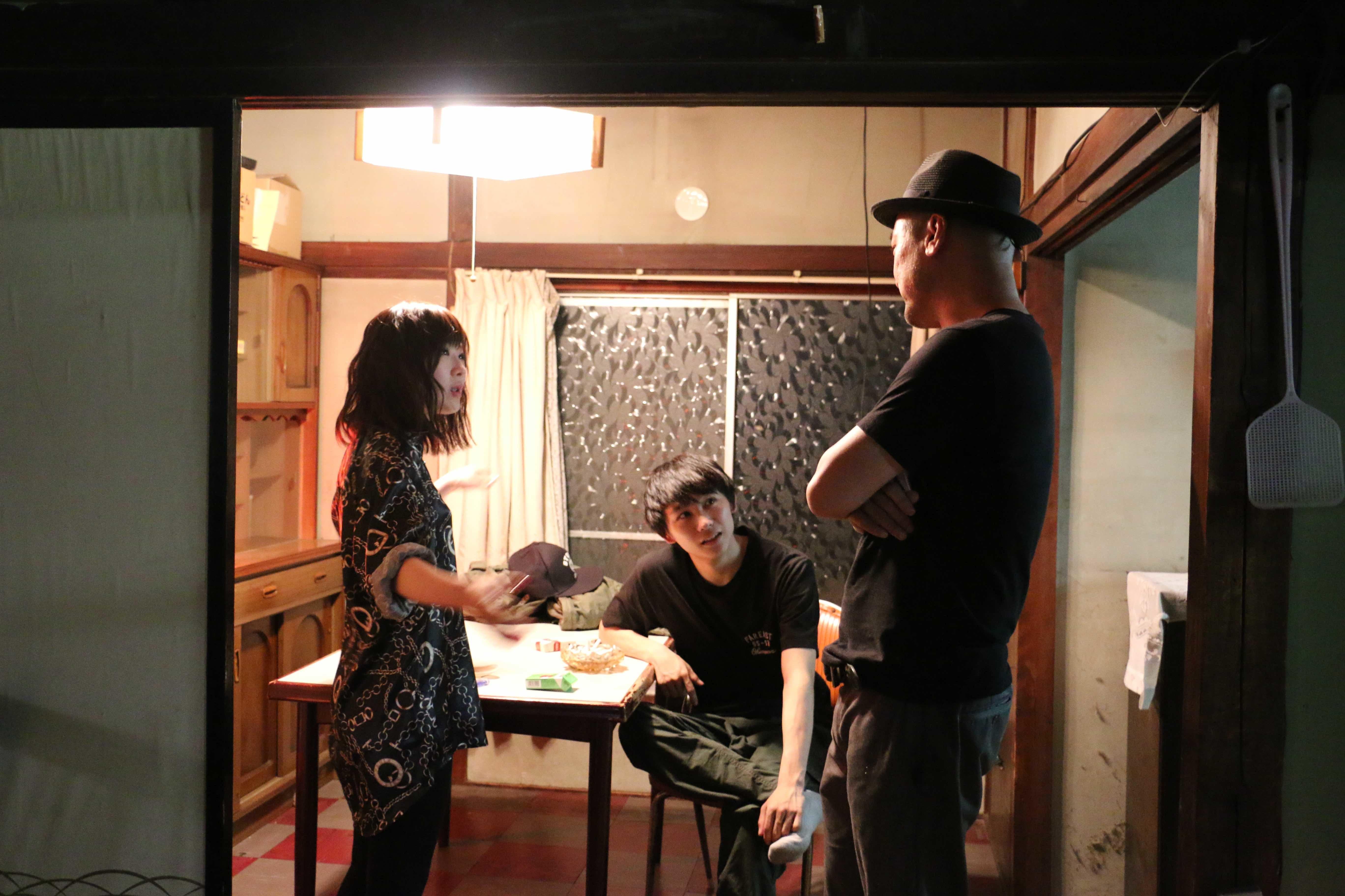 左から、伊藤沙莉、須賀健太、内田英治監督 映画『獣道』メイキング (C)third window films
