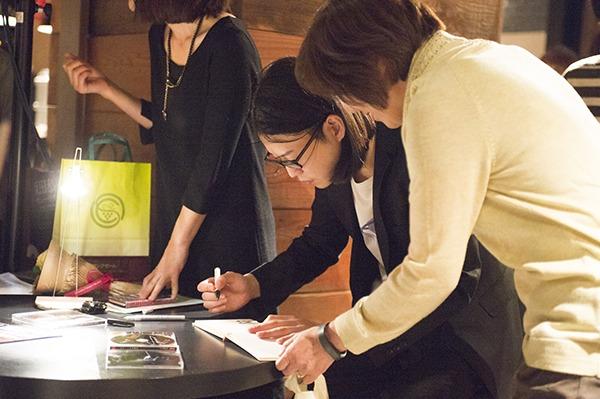 CDにサインする反田恭平 (撮影:平田貴章)