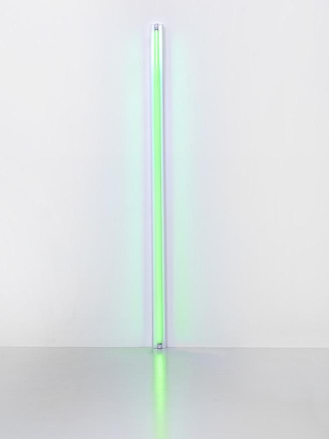 『Untitled (無題)』 (1963年)  緑色の直管蛍光灯 244 x 10 x 7 cm Courtesy Fondation Louis Vuitton  Photo credit: © Adagp, Paris 2017