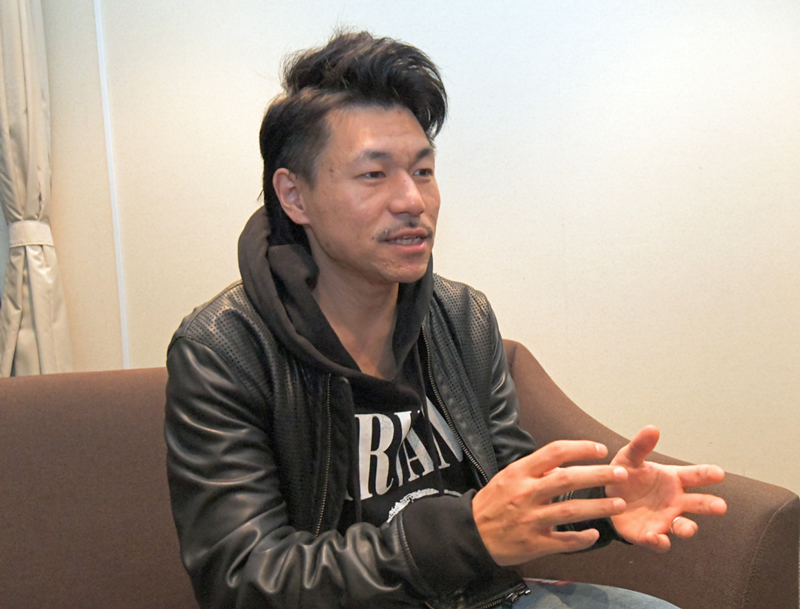 同グループのプロデューサー兼作曲家のコバヤシユウジ氏