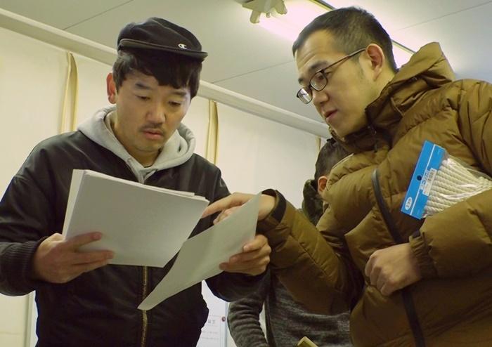 主演の土佐和成(左)に指示を出す上田誠(右)。