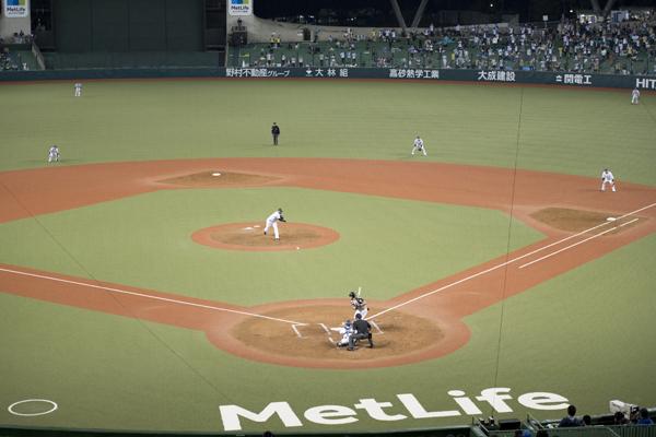 ピッチャーの球筋から打球の行方までを見渡せるのが、「ネット裏スペシャルシート」の魅力