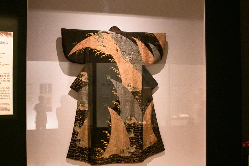 重要文化財《小袖 黒綸子地波鴛鴦模様》東京国立博物館