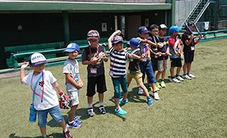 ベンチ前で選手たちの打撃練習を見学できる(4日、5日両日開催)