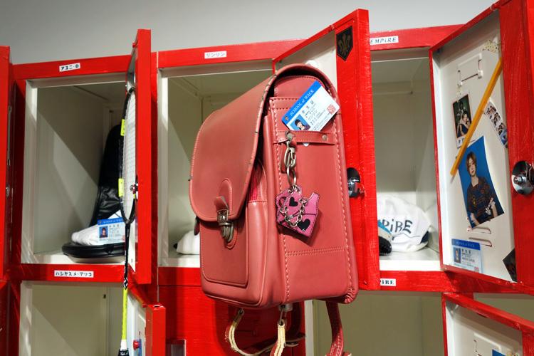 <更衣室>。ピンクのランドセルはリンリンのもの。