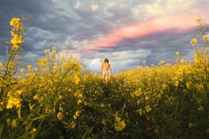 ライアン・マッギンレー/ Ryan McGinley『Mustard Meadow』c-print 121.3×182.3 cm  2012  ©Ryan McGinley Courtesy of Team Gallery, New York / Tomio Koyama Gallery, Tokyo