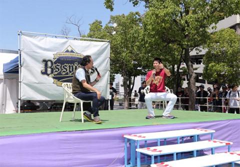 スタジアムの外では選手のトークショーが行われる。