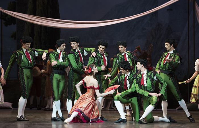 『ドン・キホーテ』町の踊り子と闘牛士たち © Julien Benhamou / Opéra national de Paris