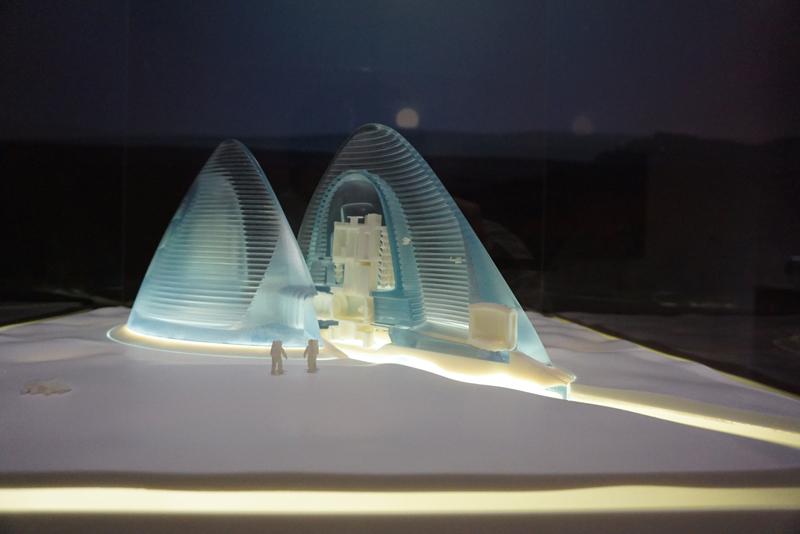 スペース・エクスプロレーション・アーキテクチャ・アンド・クラウズ・アーキテクチャ・オフィス 《マーズ・アイス・ハウス》 2015年 3Dプリント模型、台座に内照ライト、映像 作家蔵
