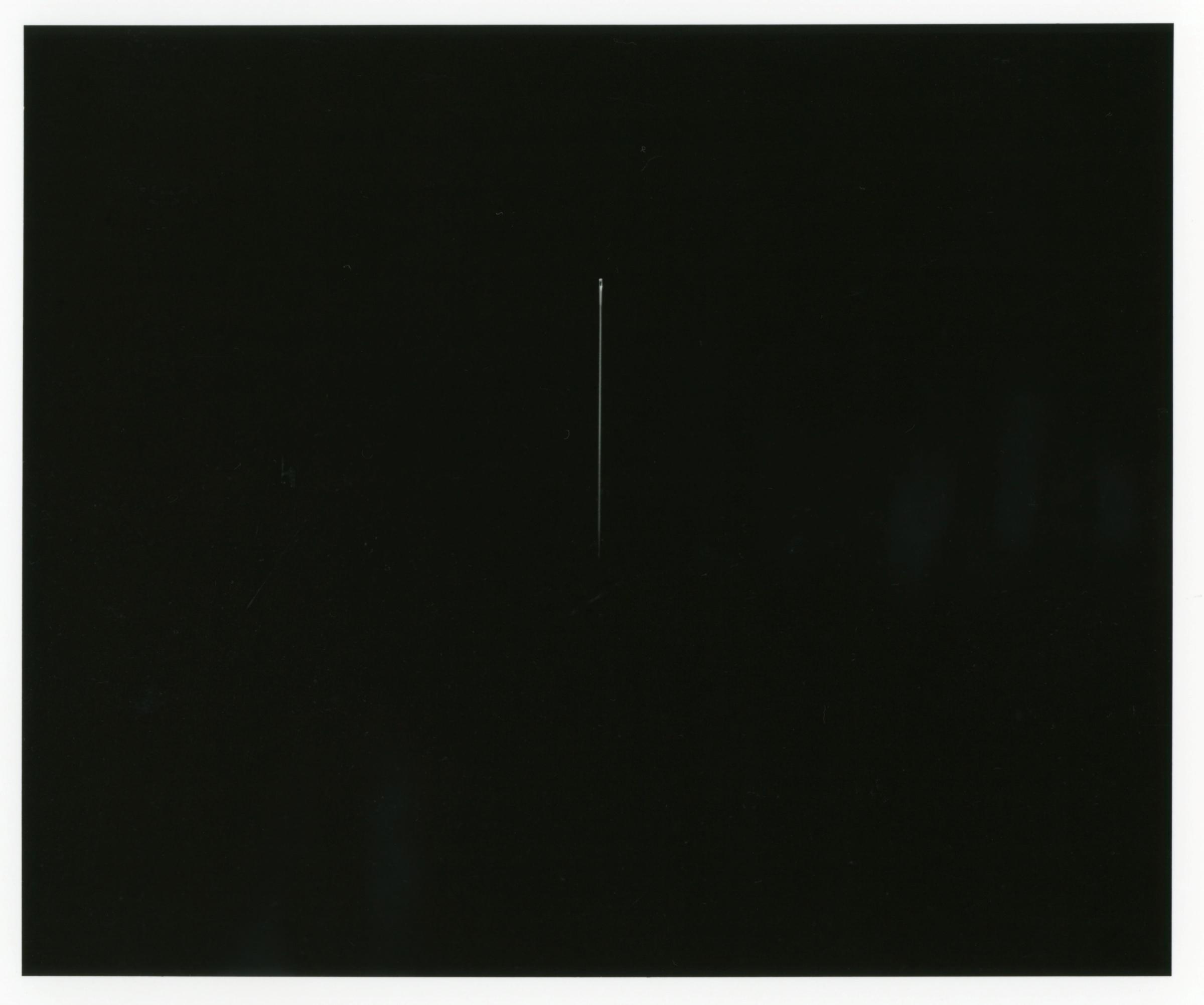 井川淳子《ここよ、今、いつでも》2003年  ゼラチン・シルバープリント 406×508mm ※一本の針を撮影した作品