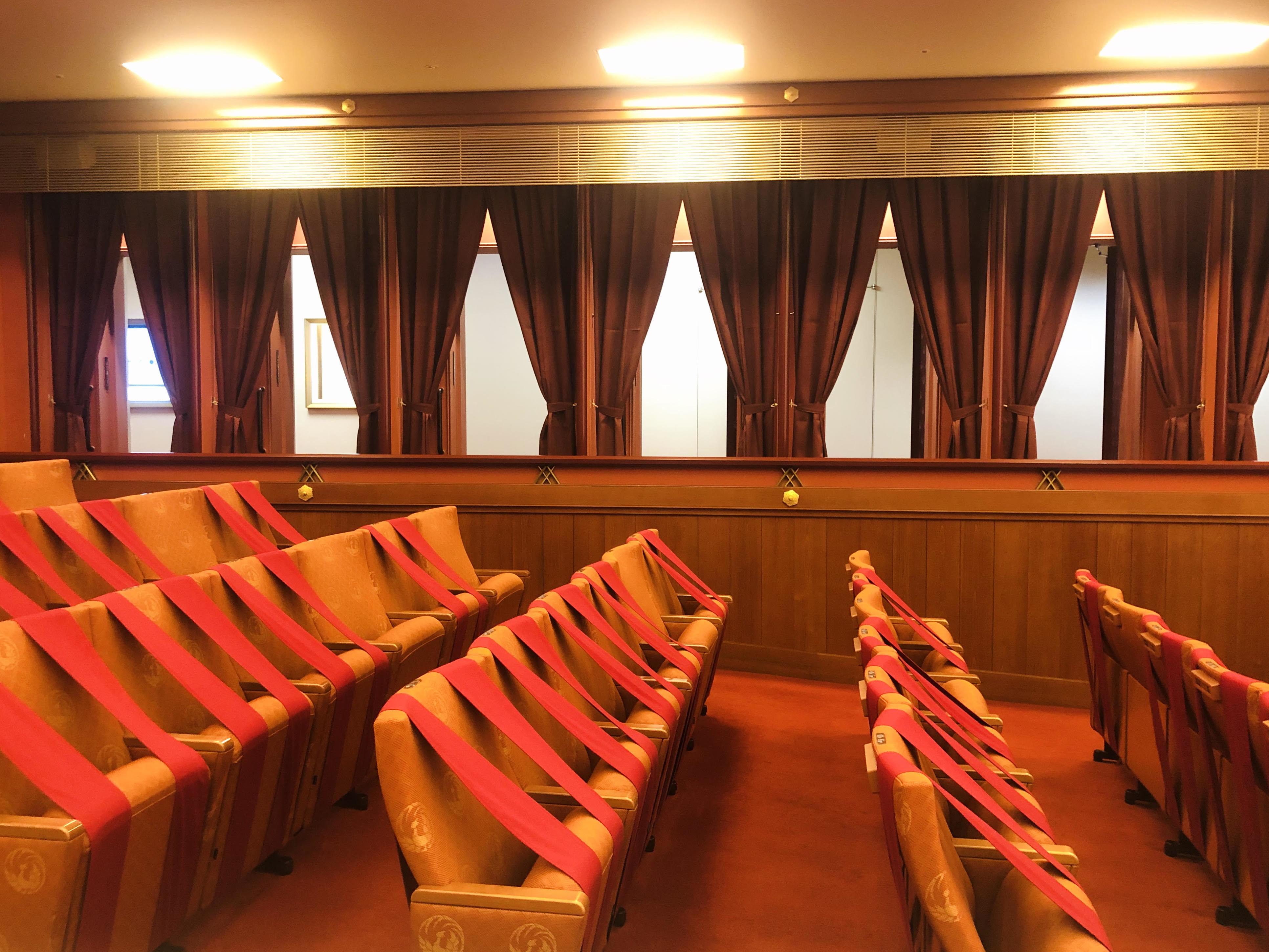 上演中も、桟敷席のカーテンや扉は全開! 照明は落とされるので観劇の妨げにはならない