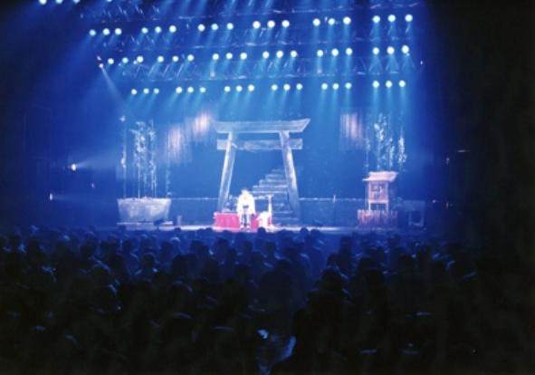 怪現象が続いた1997年のツアーの舞台。同年に起こった「酒鬼薔薇聖斗」の事件を受けて、当初「学校」だった美術プランが神社に変更されたという裏話も。