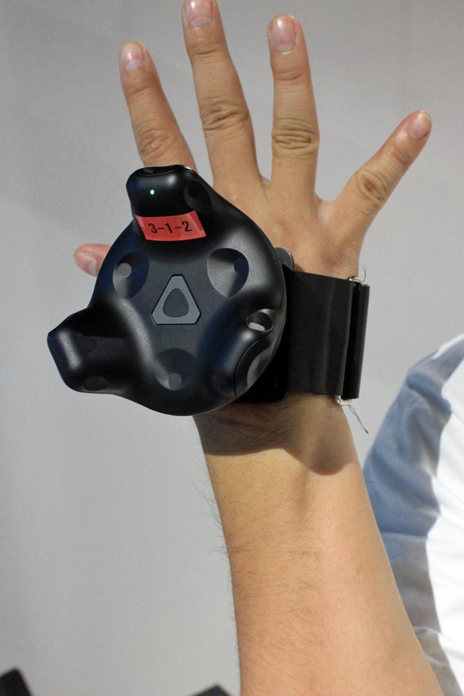 手に装着するコントローラー。マジックテープで固定するタイプ。