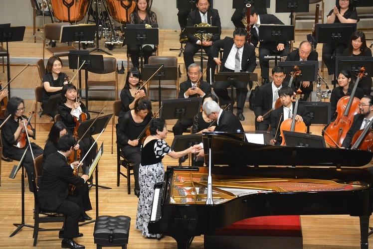 大阪フィルとの演奏を終えて。指揮者 秋山和慶と握手をする池田洋子(2016.11.6)  写真提供:みつなかホール