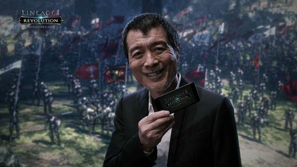 「リネージュ2 レボリューション」テレビCMのワンシーン。スマートフォンを手に「しびれちゃうね」の台詞を決める矢沢永吉。