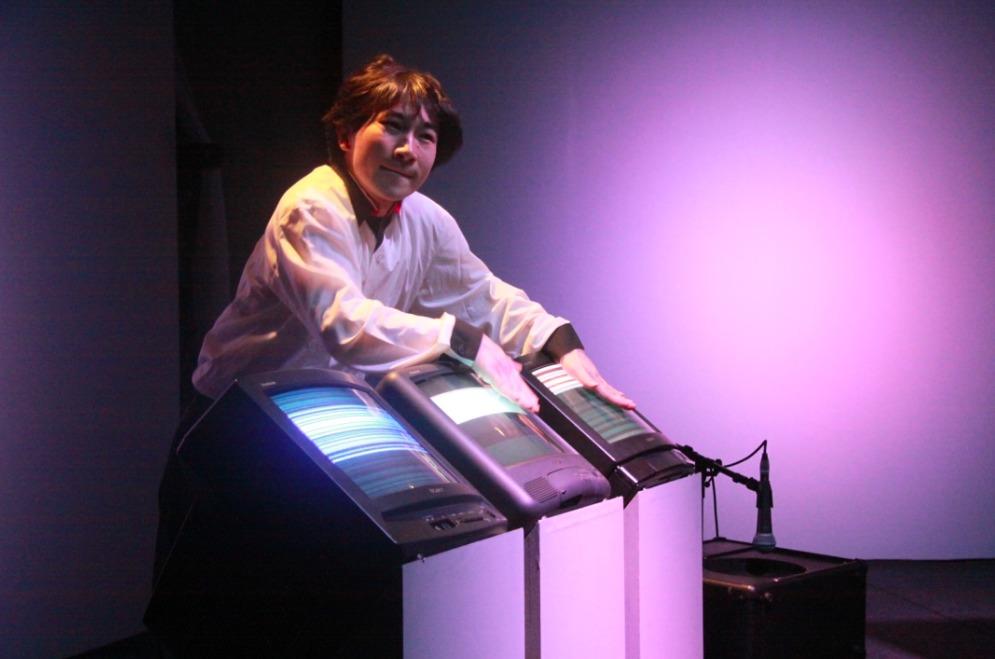 「トリニトロン」をパーカッションのように演奏する和田永