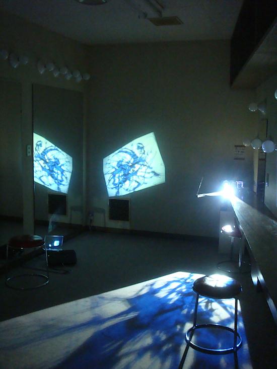 楽屋のインスタレーション。映像の移り変わりと共に部屋の様子も刻々と変化していく