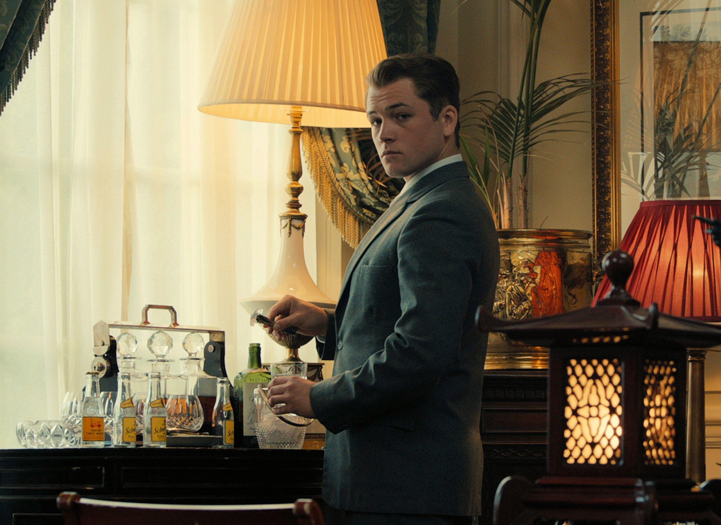 『キングスマン』に続き、ステキなスーツ姿を見せてくれるタロン・エガ―トン (C) 2015 STUDIOCANAL S.A. ALL RIGHTS RESERVED.Copyright