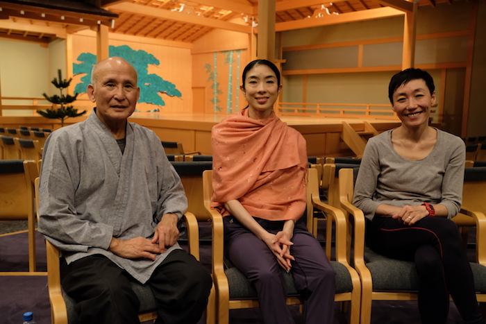 左から 津村禮次郎先生、酒井はなさん、黒田育世さん