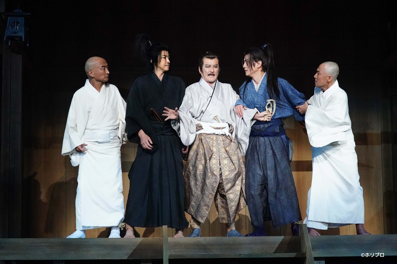 (左から)塚本幸男、藤原竜也、吉田鋼太郎、溝端淳平、大石継太  撮影:田中亜紀