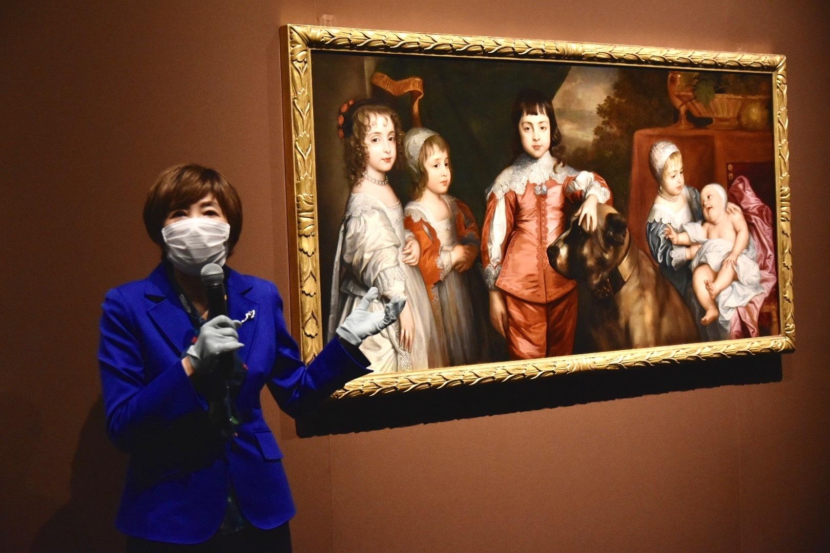展覧会ナビゲーターの中野京子氏と《チャールズ1世の5人の子どもたち》
