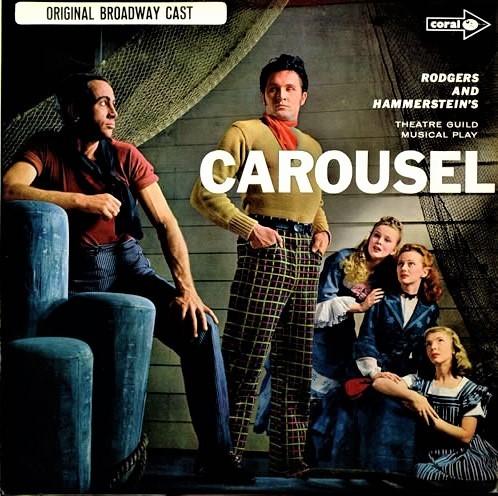 『回転木馬』ブロードウェイ初演(1945年)のオリジナル・キャスト盤LP。中央が、主役のビリーを演じたジョン・レイット。