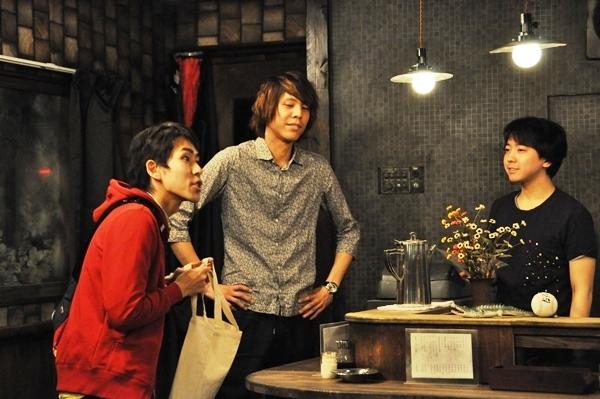 大阪が舞台ということで、お客の中にはお笑い芸人も。(左から)大石英史、杉田一起(エキストラ)、FOペレイラ宏一朗 [撮影:吉永美和子]