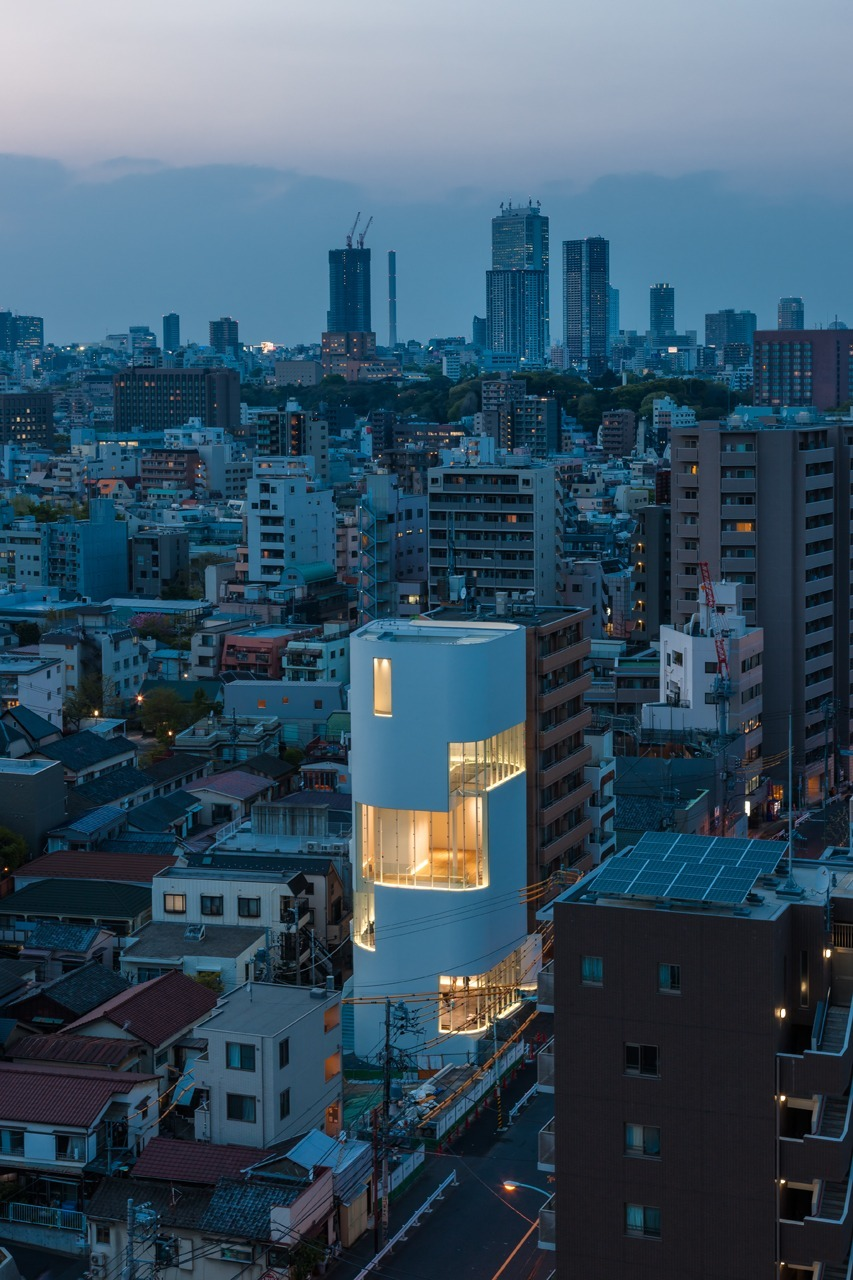 草間彌生美術館外観 Photo by Masahiro Tsuchido ©YAYOI KUSAMA