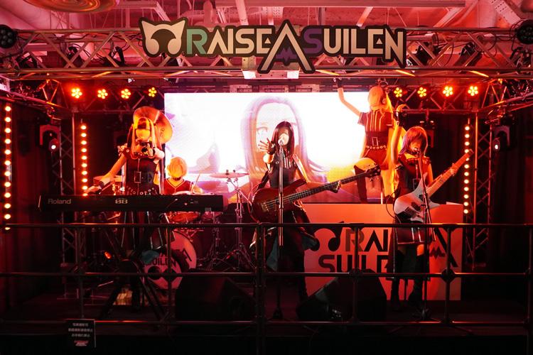 「RAISE A SUILEN」のステージ ライブ中