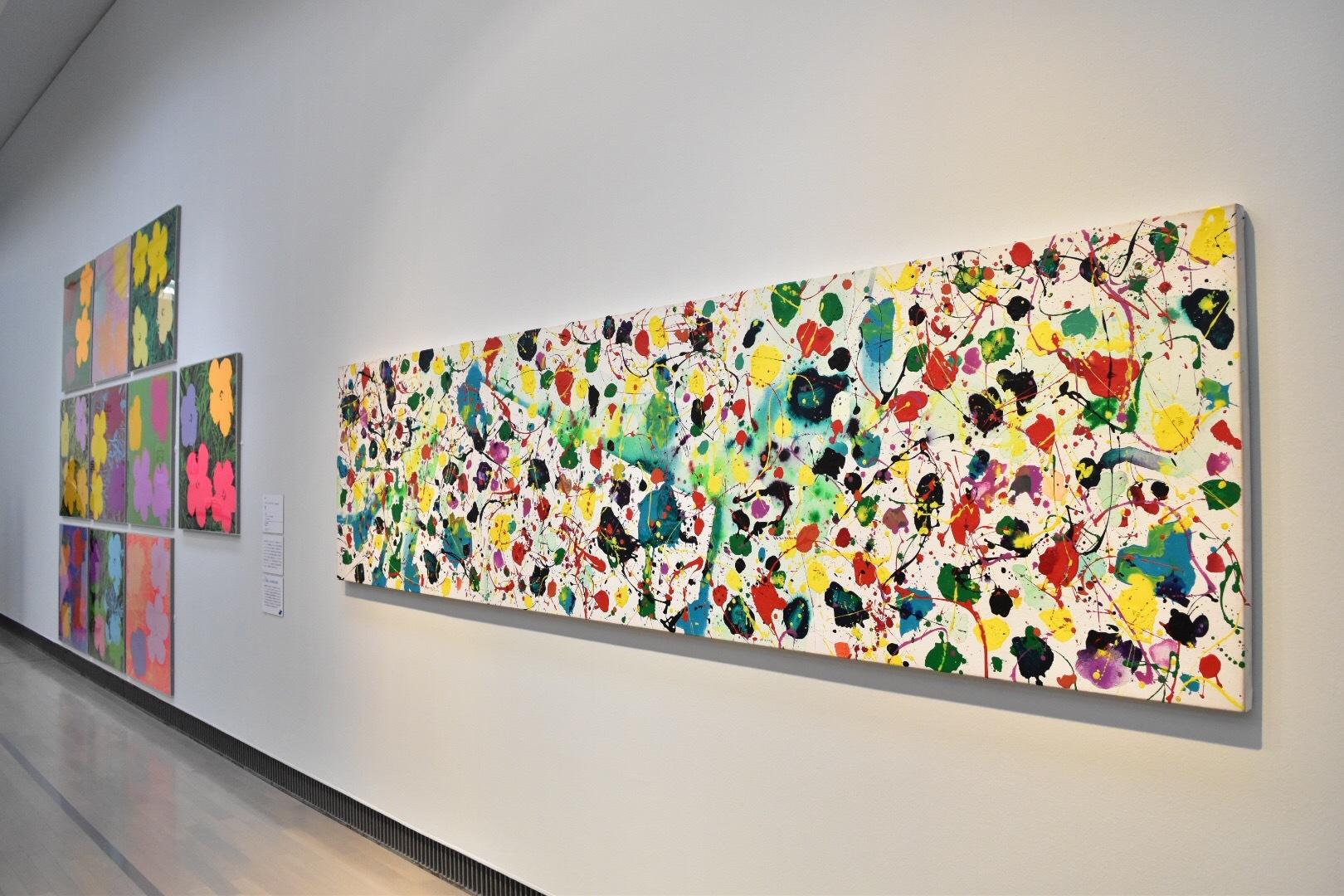 右:サム・フランシス 《Simplicity(SEP80-68)》1980年 セゾン現代美術館 左奥:アンディ・ウォーホル 《花》1970年 富士ゼロックス株式会社