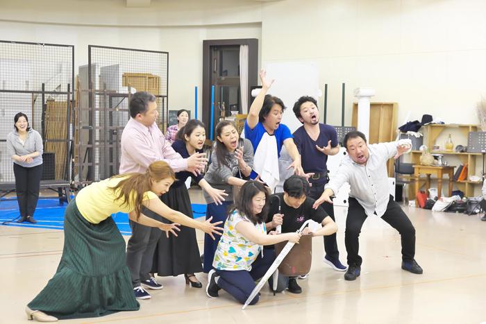 『チェネレントラ』リハーサル ACT1フィナーレ。コックに襲いかかる主人公達 ©Naoko Nagasawa