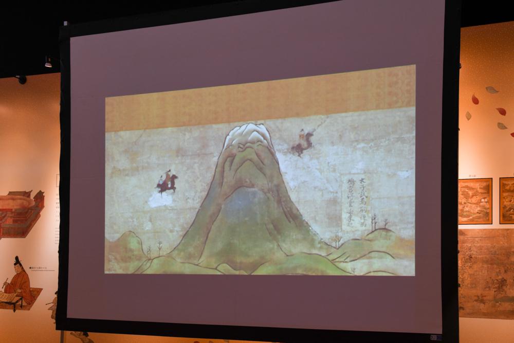 「黒駒(くろこま)で空を飛んで富士山へ」の例。東(画面右)から馬に乗ったアニメーションの太子が飛んでくる