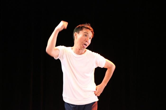 今回も上演(?)されるコント『体操のお兄さん~フィナーレ』を演じる「THE GO AND MO'S」の黒川猛。