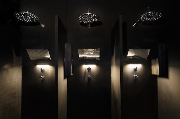 オーバーヘッドシャワー&肩下シャワーの2種類が用意されている親切設計。できるだけ髪を濡らしたくない場合は肩下タイプをセレクトしよう(写真=オフィシャル提供)