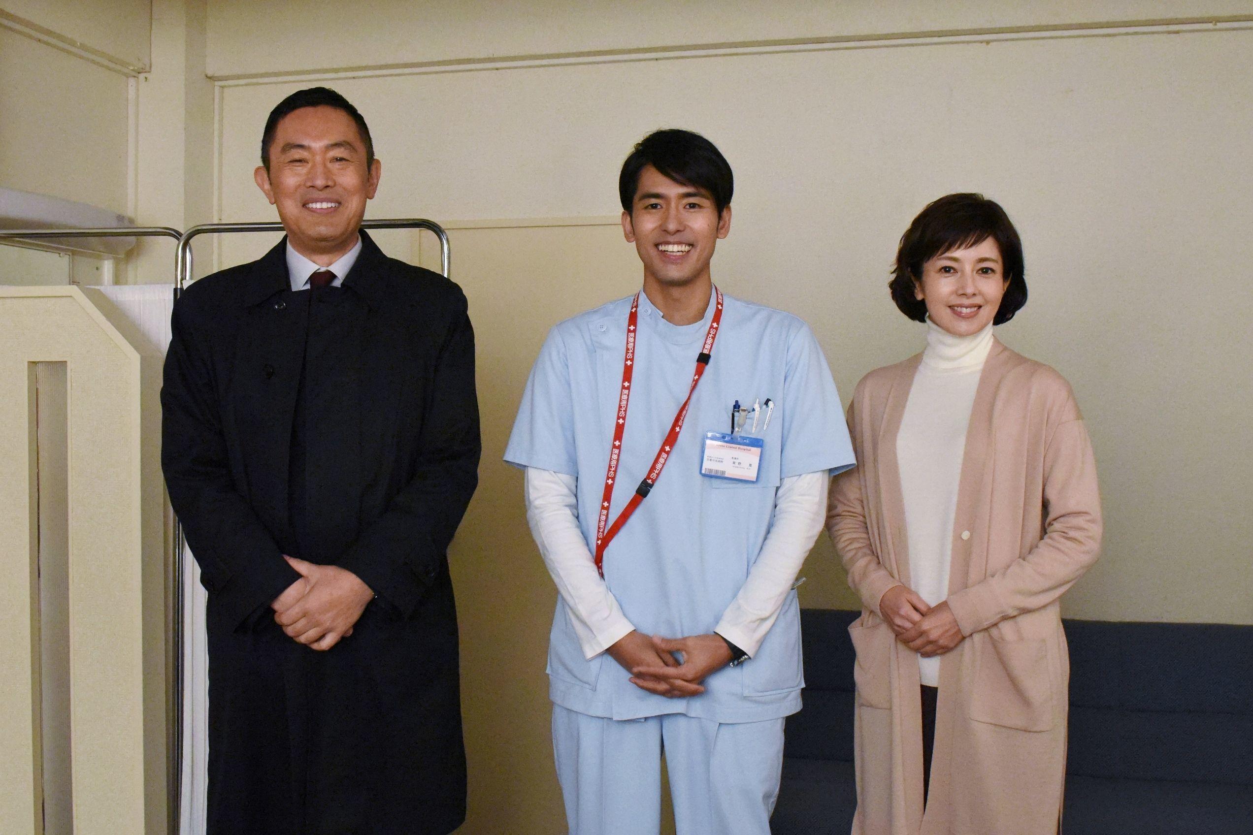 左から、内藤剛志、K、沢口靖子 ドラマ『科捜研の女』オフショット